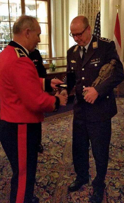 Le capitaine de l'équipe de l'Allemagne reçoit le trophée des mains du général lors de la cérémonie de clôture au Parlement de Québec.